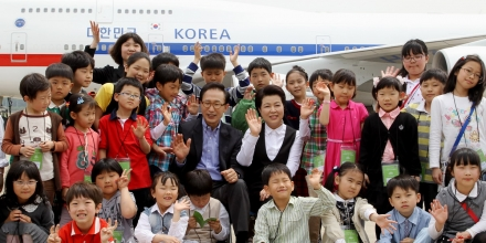Image: President Lee Myung–bak and First Lady Kim Yoon–ok celebrating Children's day on May 5 , Sourced at Flickr, http://bit.ly/2lQcavo