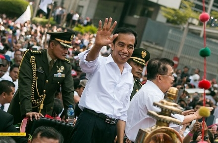 Jokowi (centre) waves to supporters. Photo by  ahmad syauki on flickr.