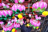 Cao Zhenrong hanging lanterns in his booth in Nanjing, capital of east China's Jiangsu province. Photo by AFP.