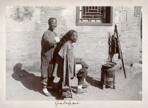 Hair cutting on the street in Qing Dynasty