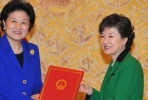South Korea's Preisdent Park Geun-hye (right) receives official Chinese letters from Liu Yandong, an official of the Communist Party of China.